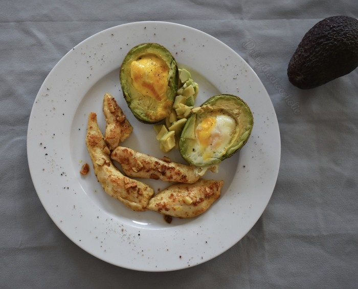 Avocado met ei uit de oven en kip
